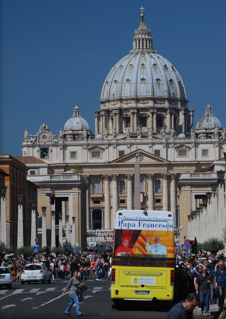 Hundred thousand pilgrims and tourists get to Rome o meet the new Pope