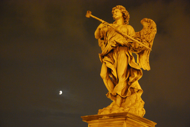 Visit Rome_night_Castel Sant'Angelo angels 2_01