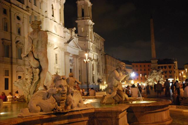 Visit Rome_night_Piazza Navona_fontna del moro 2_01