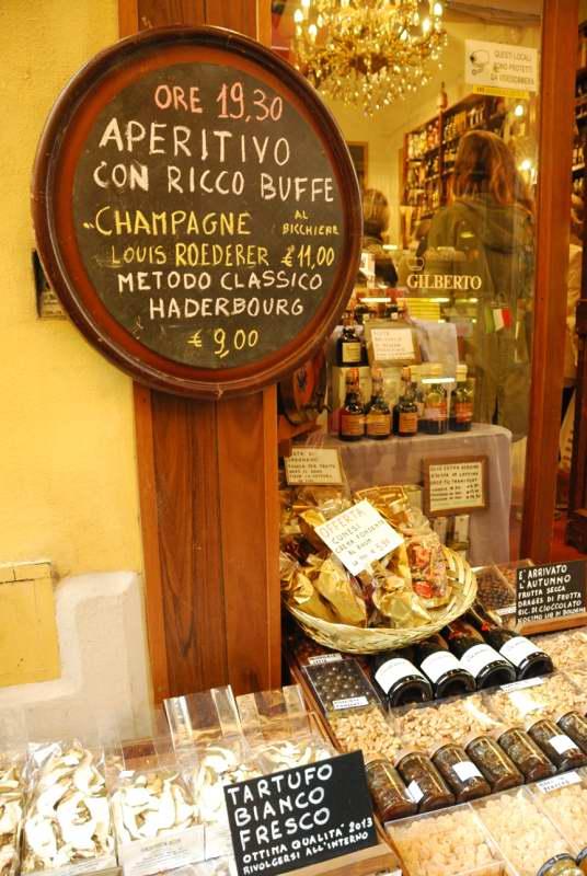 Visit Bologna_Via Drapperie Market 3