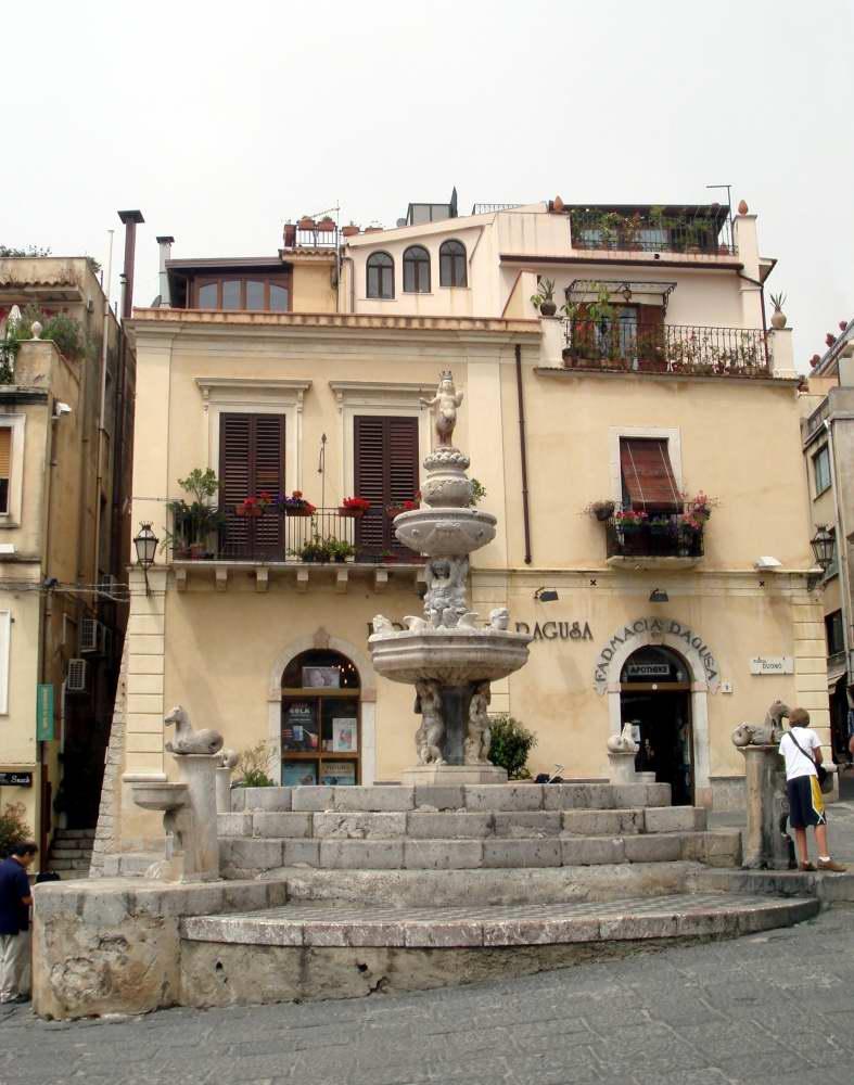 www.delightfullyitaly.com_Taormina_fontana minotauro_Foto_Dall'Orto