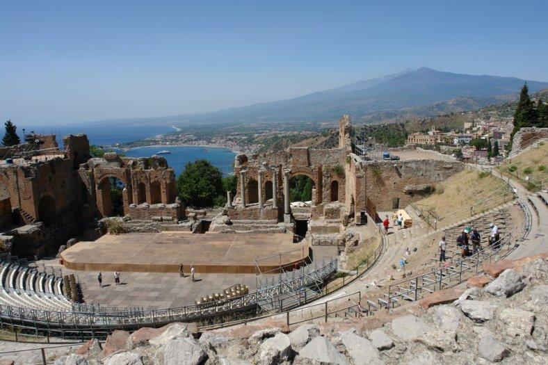 www.delightfullyitaly.com_Taormina_teatro greco 2
