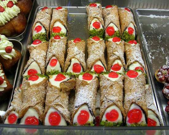 www.delightfullyitaly.com_Taormina_vassoio_di_cannoli